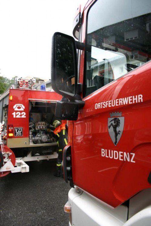 Die Bludenzer Feuerwehr löschte den Brand und rettete einen Hausbewohner mithilfe der Drehleiter.