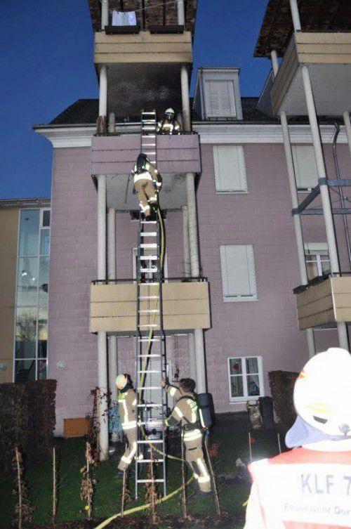 Die Feuerwehr löschte den Brand in der Johann-Georg-Ulmer-Straße.