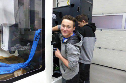 Die Lehrlinge freuen sich sichtlich über die neue top moderne CNC-Fräsmaschine in der Lercher-Lehrwerkstätte.
