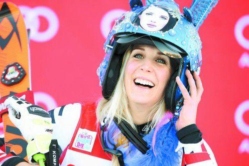 Die Siegertrophäe passt. Eva-Maria Brem freute sich in Courchevel über ihren zweiten Sieg im Weltcup.