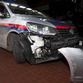 Bei wilder Verfolgungsjagd zwei Polizeifahrzeuge gerammt