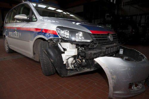 Dieser Dienstwagen der Polizei ging seiner Stoßstange verlustig.