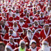 Weihnachtsmänner rennen um die Wette