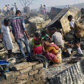 Großbrand in indischem Armenviertel