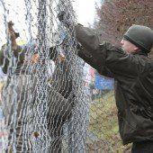 Der Zaun wird jetzt aufgestellt