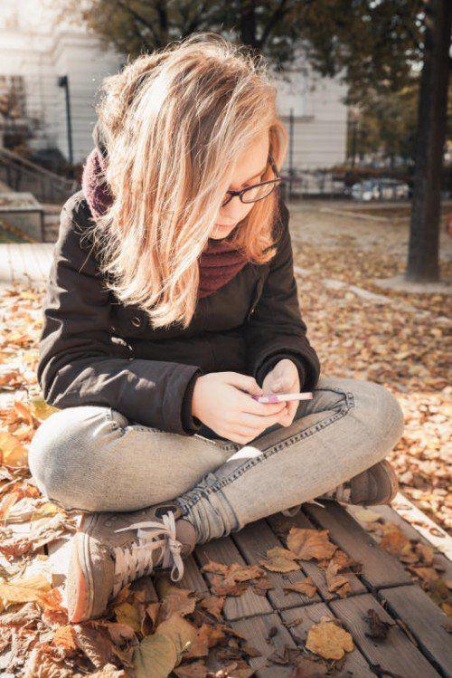 Kinder und Jugendliche wachsen mit Smartphones und sozialen Medien auf. Deshalb sollten die Gefahren, die daraus erwachsen, mit ihnen besprochen werden.