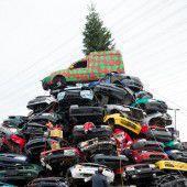 Weihnachtsbaum aus Schrottautos