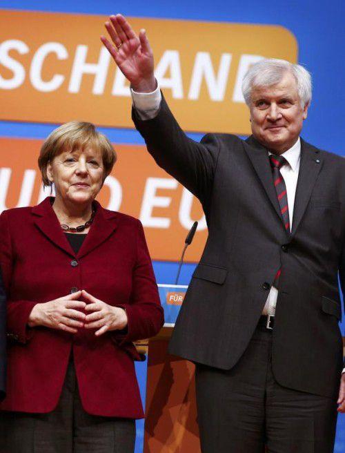 Merkel und Seehofer demonstrierten in Karlsruhe Einigkeit.