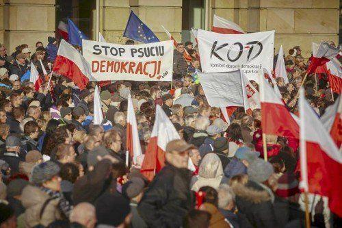 Zahlreiche Polen demonstrieren gegen die neue rechtskonservative Regierung, hier etwa in Lodz.