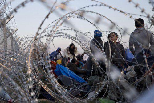 Flüchtlinge harren an der griechisch-mazedonischen Grenze aus. Vor allem Griechenland ist mit dem Andrang der Migranten überfordert. Foto: AP