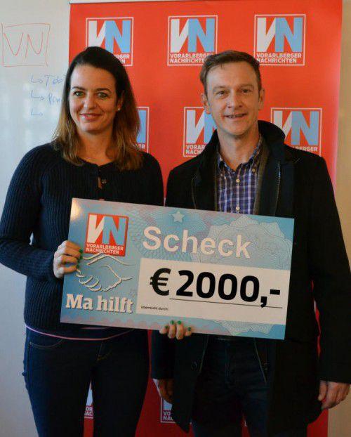 Gerald Engler (Geschäftsleitung Loacker Recycling) übergab den Scheck in Höhe von 2000 Euro an VN-Redakteurin Hanna Reiner.