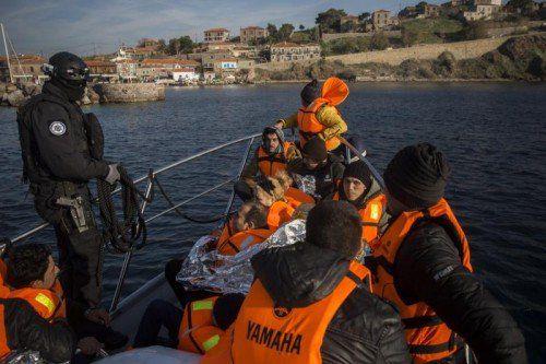 Gerettete Flüchtlinge werden zur Küste gebracht.