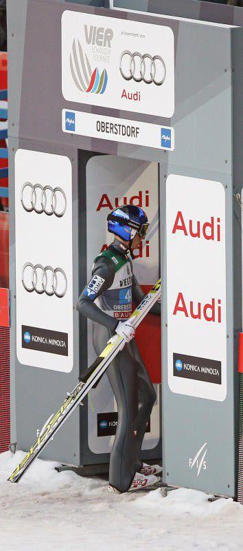 Gregor Schlierenzauer verlässt die Skisprungarena.