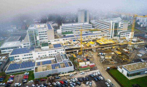 Im südlichen Bereich des Landeskrankenhauses Feldkirch wird schon seit Monaten gebaut, was das Zeug hält. Das derzeit gute Wetter sorgt für ein termingerechtes Fortkommen.