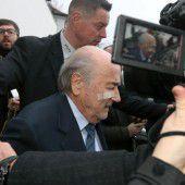 Die Rote Karte für Blatter und Platini