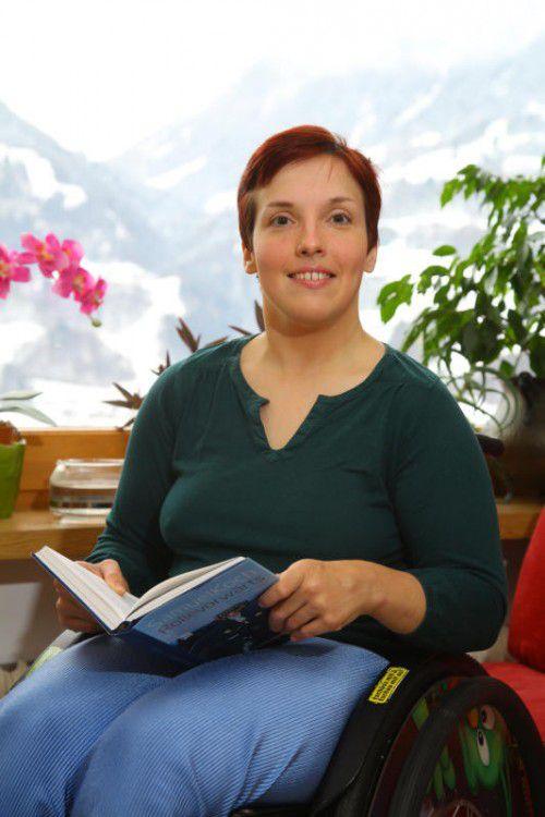 Julia liest gerade ein Buch von Samuel Koch, der seit einem Unfall vom Hals abwärts gelähmt ist.