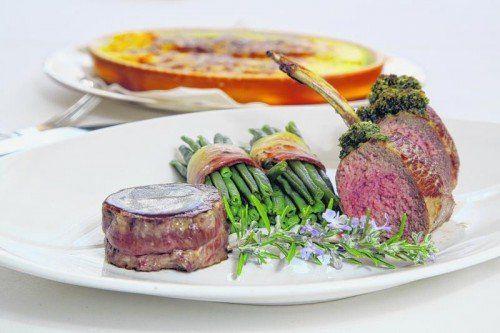 Köstliches für die Weihnachtszeit: Kleines Filetsteak und Lammkarree mit Kräuterkruste, Sauce bordelaise, Rahmkartoffeln und grünen Bohnen im Speckmantel.