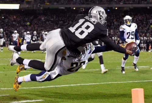 """""""Luftduell"""" zwischen Andre Holmes (Oakland Raiders) und Jason Verrett (San Diego Chargers)."""