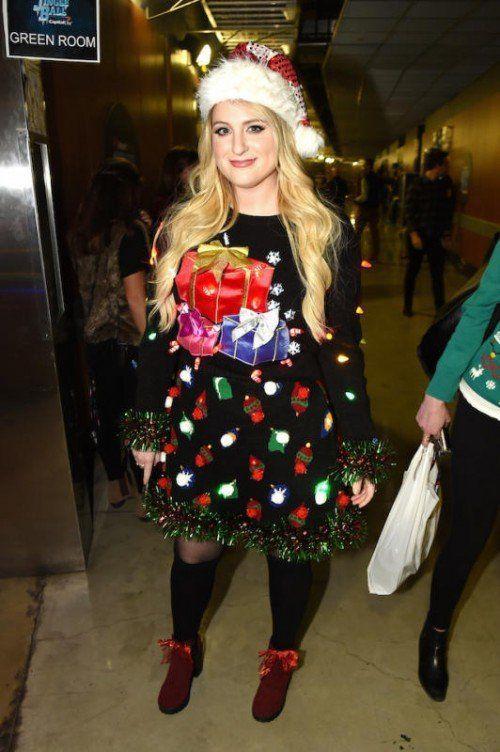 """Miley Cyrus, Matt Damon und Meghan Trainor zeigen sich in ihren """"Ugly Christmas Sweater""""."""