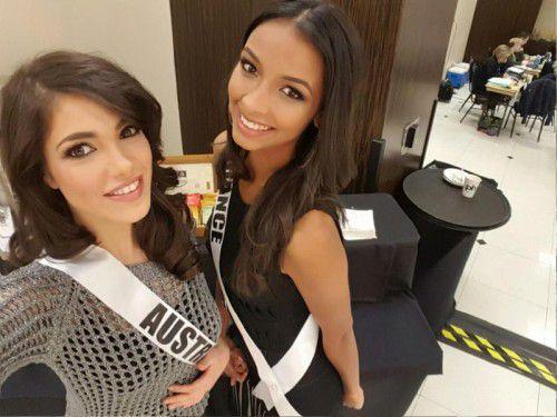 Miss Austria 2012 Amina Dagi (l.) gemeinsam mit Miss Frankreich Flora Coquerel.