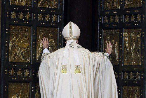 Papst Franziskus öffnete die Heilige Pforte, durch die in den kommenden Monaten mehr als zehn Millionen Pilger treten werden.