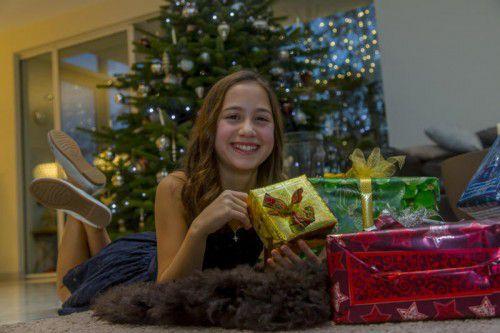 Raffaela aus Lauterach freute sich über ihre Geschenke unterm Christbaum.