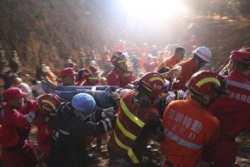 Rettungskräfte bringen den 19-jährigen Wanderarbeiter Tian Zeming ins Krankenhaus.