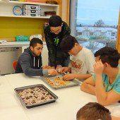 Schüler backten mit Flüchtlingen