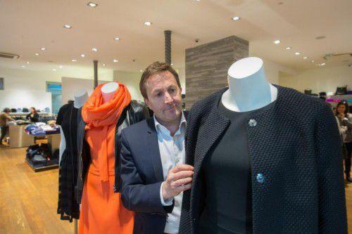 Der Dornbirner Modehändler Ambros Mayer zeigt, was Kunden am stationären Handel schätzen: gute Beratung und das haptische Erlebnis beim Einkauf.VN/Hartinger