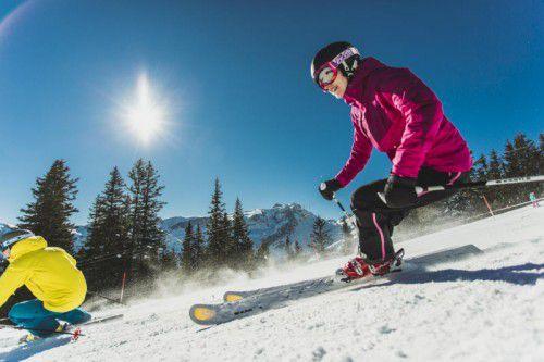 """Skigebiete. Der Start der Skisaison hat sich heuer mangels Schnee nach hinten verschoben. Ohne Kunstschnee lief im vergangenen Jahr nichts. Dank des Wintereinbruchs im neuen Jahr konnten nun alle Skigebiete ihren Betrieb aufnehmen. """"Der Schnee kam gerade noch rechtzeitig. Die Gästeanfragen steigen nach einem Wintereinbruch stark. Die Pisten sind in sehr gutem Zustand und die Talabfahrten geöffnet"""", freut sich in etwa Manuel Bitschnau, Geschäftsführer von Montafon Tourismus."""