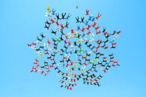 Unter den 202 Fallschirmspringern, die am Himmel über Kalifornien die Weltbestmarke im Sequential Skydiving Großformation aufgestellt haben, ist Markus Kordesch.