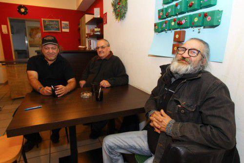 Uwe, Alfred und Helmut (v. l.) kommen regelmäßig ins Caritas-Café in Feldkirch, um Leute zu treffen.