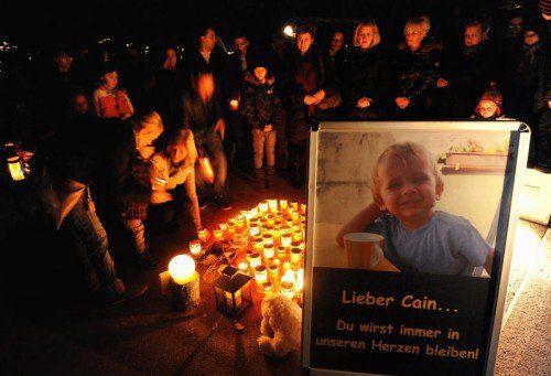 1000 Menschen kamen am 14. Jänner 2011 zu einer Mahnwache für den ermordeten Buben.