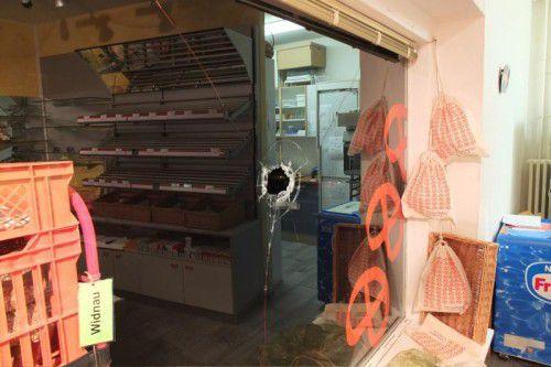 Bei einer Bäckerei wurde das Fenster eingeschlagen.