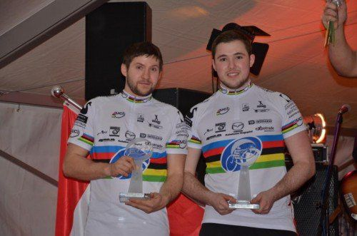 Bröll (l.) und Schnetzer mit dem UCI-Weltranglistenpokal.