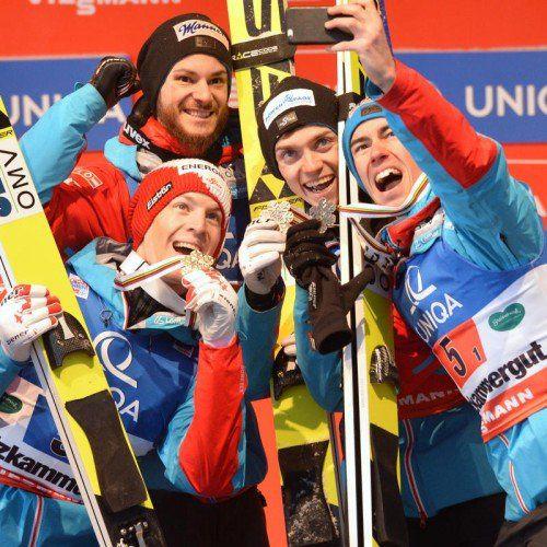 Das Bronze-Team mit Michael Hayböck, Manuel Fettner , Manuel Poppinger und Stefan Kraft (von links) hielt den Jubel-Moment mit einem Selfie fest.
