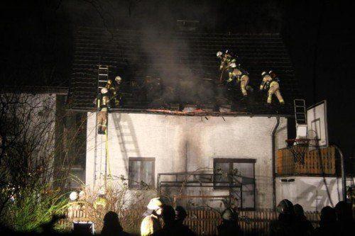 Das Dach eines Wohnhauses in Dornbirn wurde wohl von einem Feuerwerkskörper entzündet.