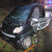 Fahrer bei Kollision im Auto eingeklemmt