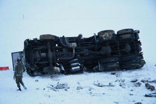 Der Lastwagen des Bundesheeres ist 20 Meter über eine Böschung abgestürzt.