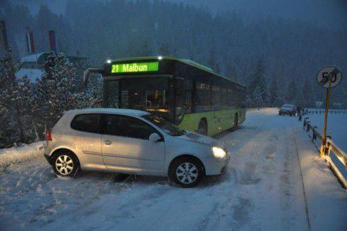 Der Pkw einer Lenkerin rutschte zurück und prallte gegen einen Linienbus.