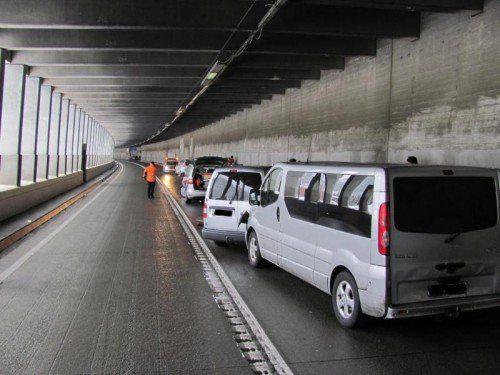 Der Schweizer überholte am Samstag gegen 9 Uhr rund 500 Meter nach der Mautstelle einen Lkw.