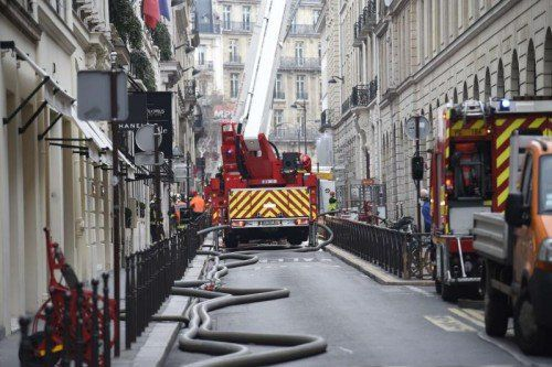 Die Feuerwehr versucht, den Brand im Ritz zu löschen. Das Hotel sollte im März neu eröffnen.