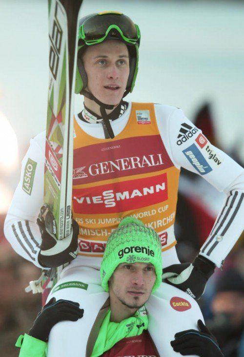Die Slowenen hatten allen Grund zum Feiern. Robert Kranjec trug Garmisch-Sieger Peter Prevc zur Siegerehrung.