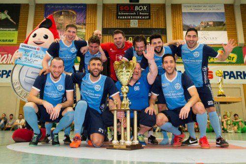 Die Spieler von Westligist FC Hard feierten ausgelassen den sechsten Sieg beim Hallenmasters.
