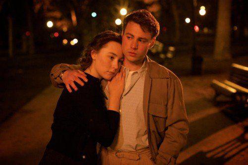 Eine junge Irin (Ronan) macht sich auf der Suche nach einem besseren Leben nach New York auf.