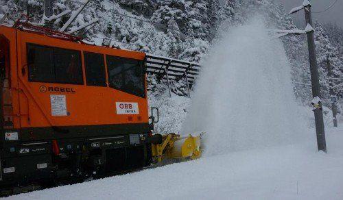Eine Lokomotive mit Schneepflug sorgt für freie Geleise.