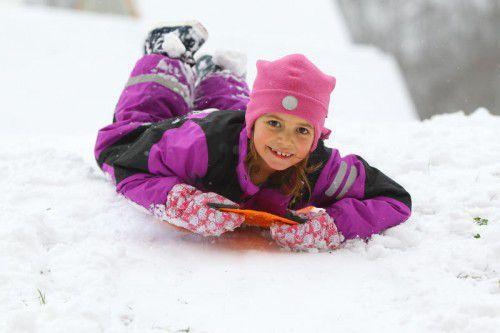 Endlich Schnee! Die sechsjährige Laura-Sophie aus Brand kann jetzt wieder auf dem Rodel Gas geben.