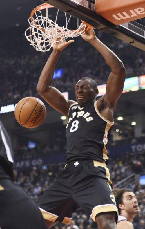 Erfolgreicher Dunk von Raptors-Spieler Bismack Biyombo.