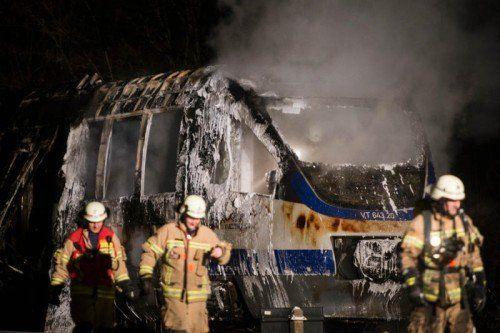 Ersten Angaben zufolge war das Feuer durch einen technischen Defekt in einem Schaltkasten ausgelöst worden.