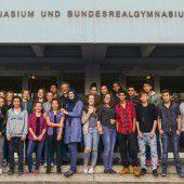 BG-SchülerInnen reichen die Hände